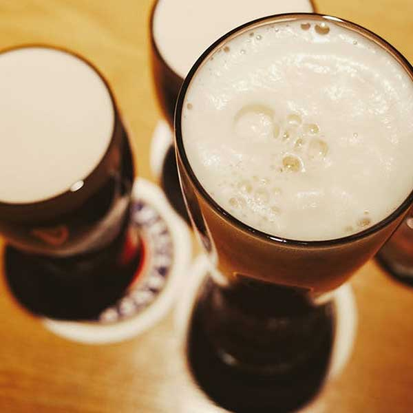 beer-pints-top-head-foam-free-stock-images