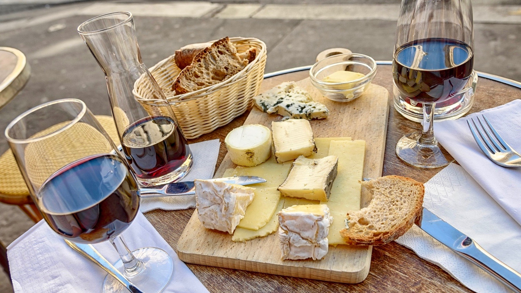 and easy guide to pairing wine and cheese, hosting a wine and cheese party