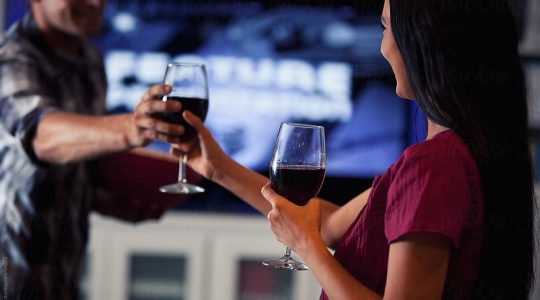 9 Wine Pairings For Your Favourite Romantic Comedies | Just Wine