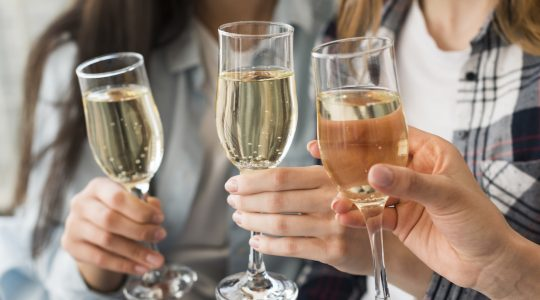 Champagne vs. Sparkling Wine — What's the Difference? | Just Wine